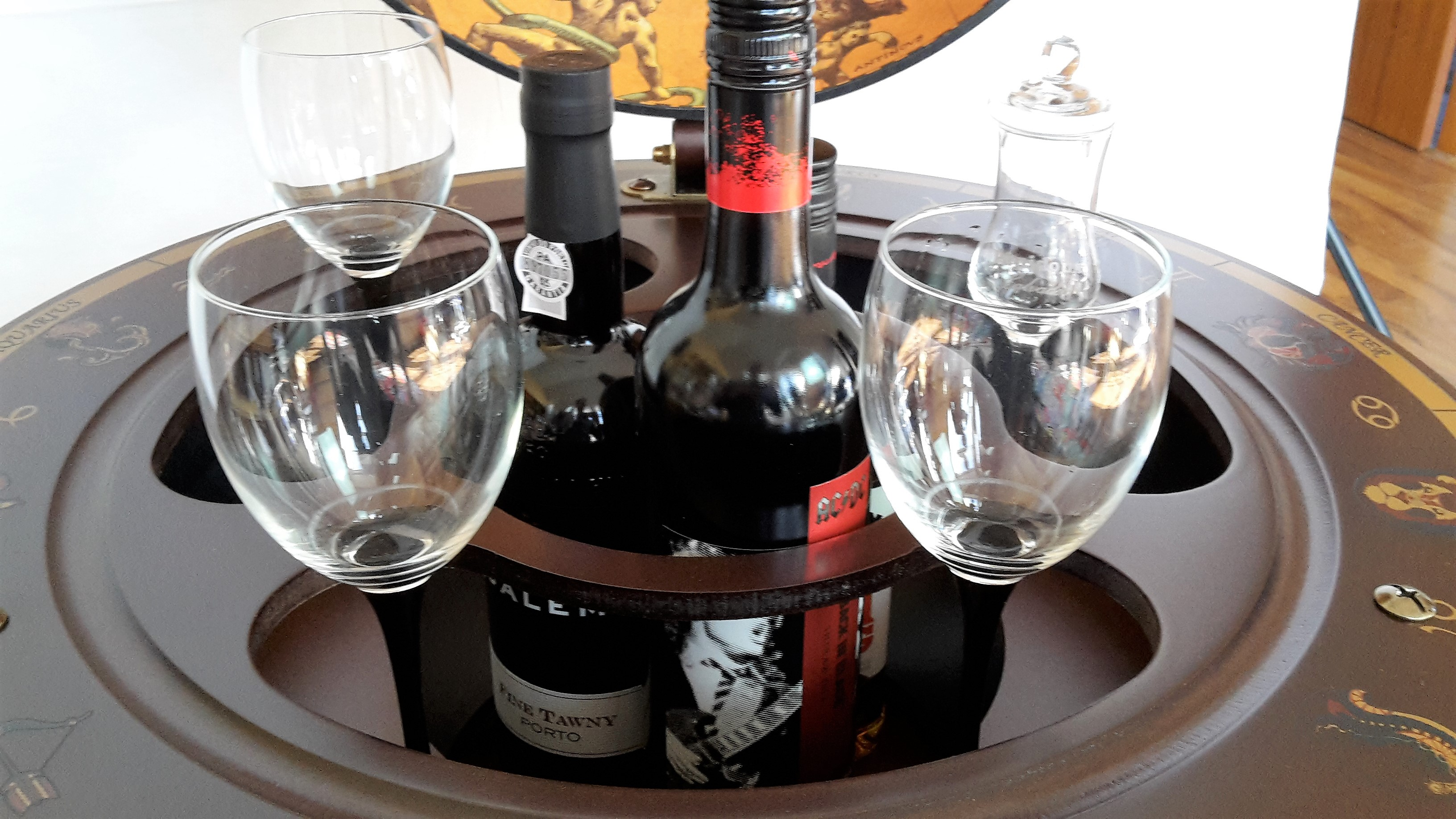 Globus Bar Minibar Enea Zoffoli Innenraum Flaschen Gläser Minibar Barwagen 2
