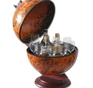 Minibar Globus Elecsa 5320 geöffnet, mit Spirituosen und Gläsern